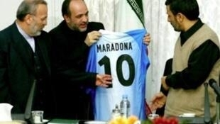 IRAN : Maradona a envoyé son maillot pour le peuple iranien