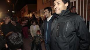 Os mineiros Florencio  e Renan Avalos forma recebidos com festa na volta à casa.