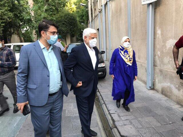 محمد رضا عارف در برابر شعبۀ رای گیری حسینیۀ جماران ـ ۲۸ خرداد ۱۴۰۰