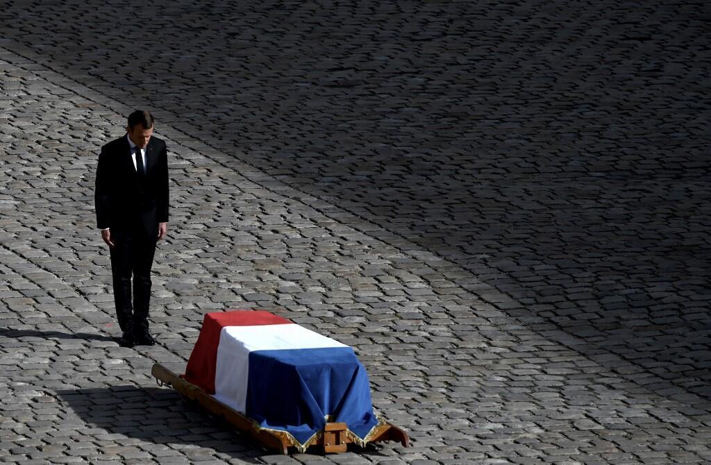 Emmanuel Macron a prestar a última homenagem a Jacques Chirac