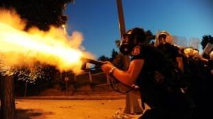 Un officier de police entre les quartiers de Besiktas et Taksim à Istanbul, dans la nuit du 3 au 4 juin 2013.
