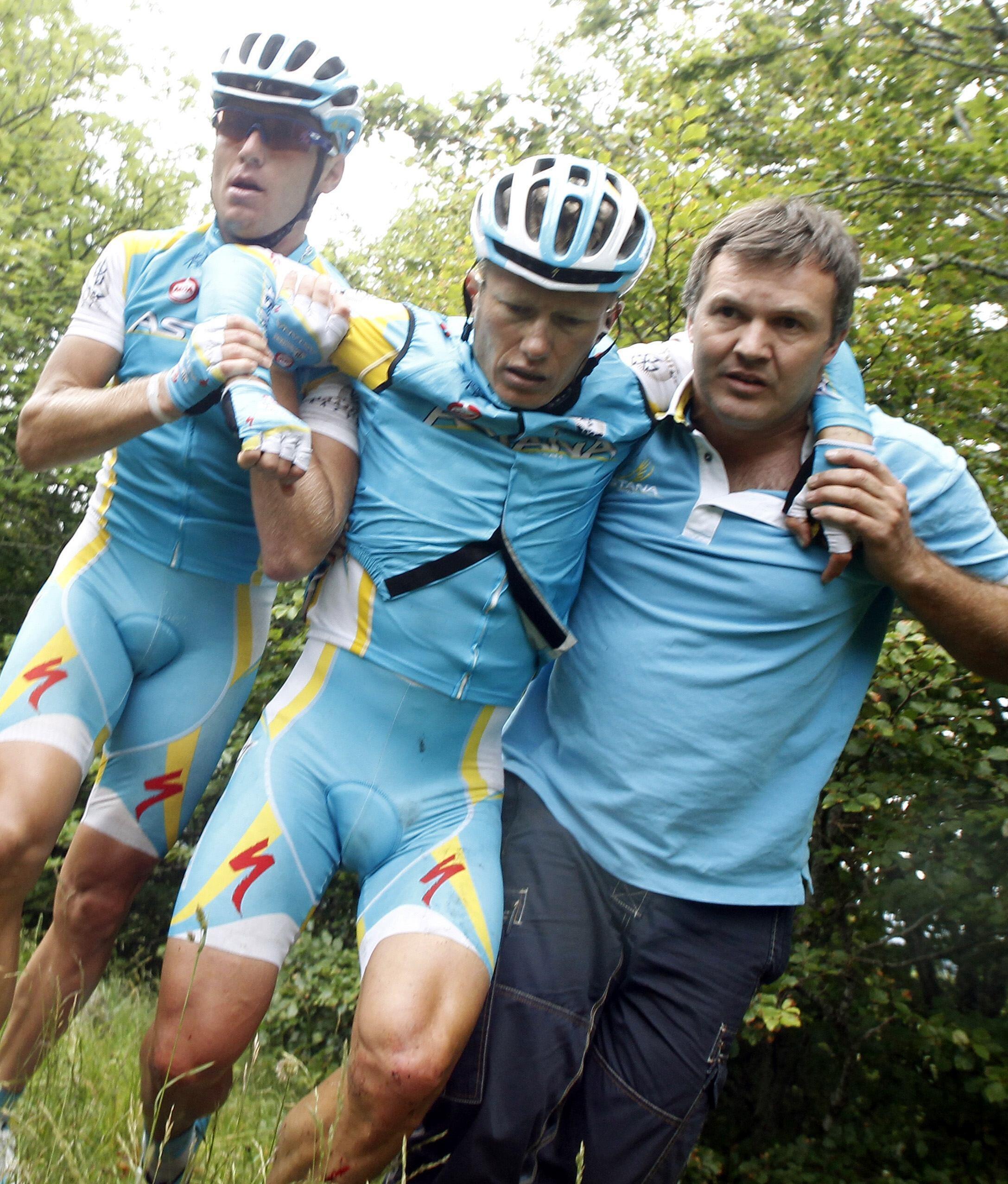 Alexandre Vinokourov juste après sa chute dans la descente du Pas de Peyrol, le 10 juillet 2011.