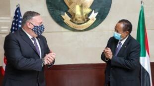 Le secrétaire d'État américain Mike Pompeo et le Premier ministre soudanais Abdalla Hamdok, le 25 août à Kharthoum.