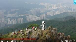 香港抗议者于10月13日凌晨在狮子山顶竖立起一座四米高的自由民主女神像