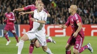 Karim Benzema à la lutte avec ses anciens partenaires lyonnais.