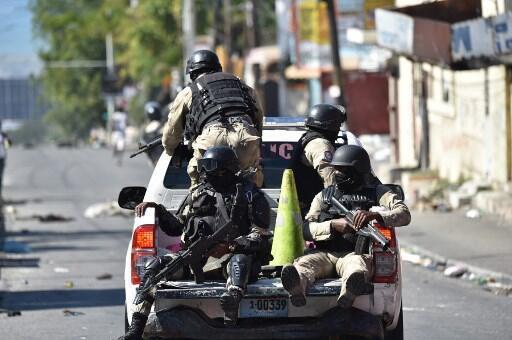 Maafisa wa polisi wakipiga doria katika mitaa ya Port-au-Prince, mji unaokumbwa na maandamano kwa karibu wiki moja (picha ya kumbukumbu).