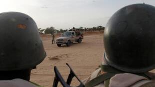 Wasu sojin kasar Nijar yayinda suke sintiri a kan iyakar kasar da Najeriya yankin  Diffa, Niger.