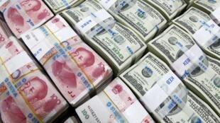 Des liasses de yuan, la monnaie chinoise et des liasses de dollars, la monnaie américaine à la bourse de Séoul, le 10 novembre 2010.