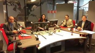 La periodista Aída Palau rodeada de Ángel Medina, Tomás Guanipa y Edmundo González.