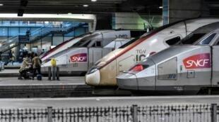 Unos trenes de alta velocidad del operador de ferrocarriles SNCF, fotografiados en la estación Gare Montparnasse de París el 2 de enero de 2020, en el 29º día de huelga contra la reforma del sistema de las pensiones en Francia