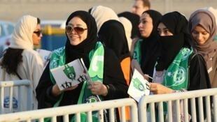 'Yan matan Saudiya da suka yi layi domin shiga filin wasa na birnin Jeddah.