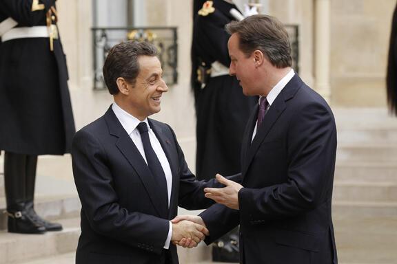 El jueves 17 de febrero, el presidente Nicolas Sarkozy recibe al primer ministro británico,  David Cameron, para una cumbre en la que abordarán la cooperación en materia de  defensa y otros grandes temas internacionales.
