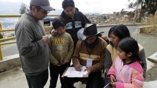 Un enquêteur recueille les données d'une famille à La Paz, mercredi 21 novembre 2012.