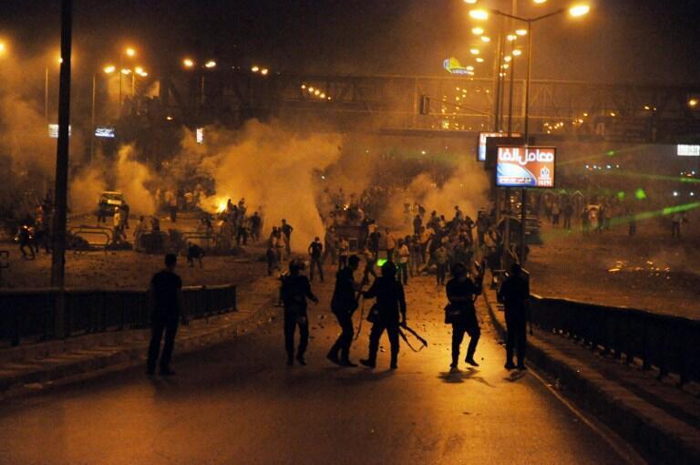 Affrontements entre la police et les supporters de l'ex-président Morsi au Caire, dans la nuit du vendredi au samedi 27 juin 2013.