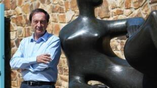 Michel-Edouard Leclerc aux côté d'une des sculptures d'Henry Moore le 8 juin 2018.