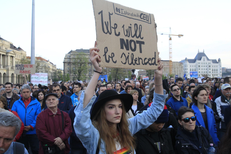 Một cuộc biểu tình phản đối chính phủ thủ tướng Viktor Orban thông qua Luật Giáo dục nhằm đóng cửa Đại học Trung Âu Soros, Budapest, ngày 09/04/2017.