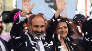 Премьер-министр Армении Никол Пашинян и его жена Анна Акопян, 8 мая 2018.