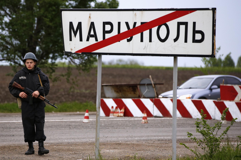 Soldado ucraniano em checkpoint perto de Mariupol.