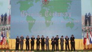 Các Ngoại trưởng ASEAN tại Hội nghị AMM-45 ở Phnom Penh ngày 09/07/2012, hội nghị đầu tiên không có thông cáo chung vì bất đồng trên vấn đề Biển Đông.
