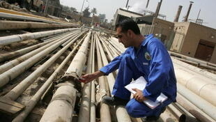 Un travailleur irakien à la raffinerie de pétrole al-Dora à Bagdad, en Irak.