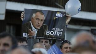 Un partisan du parti conservateur GERB tient une affiche du leader du parti et ancien Premier ministre, Boïko Borissov, lors d'un rassemblement électoral dans la ville de Veliko Tarnovo, à 250 kilomètres au nord-est de Sofia, le 10 mai 2013.