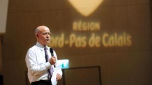 L'économiste américain Jeremy Rifkin prononce un discours à Lille, dans le nord de la France, le 25 octobre 2013.