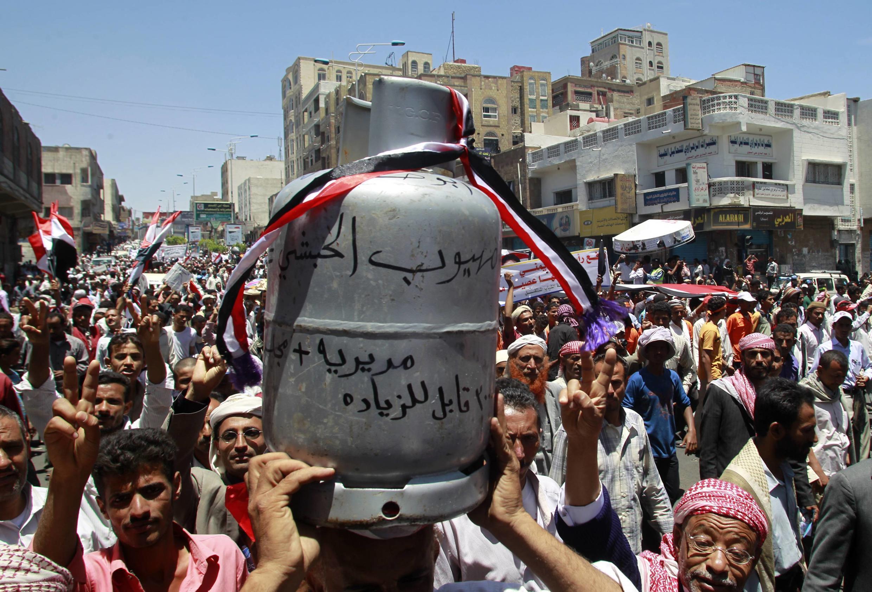 Umati wa wananchi wa Yemen wakiandamana kupinga serikali