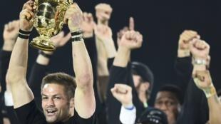 El capitan de los All Blacks Richie McCaw levantando la copa Webb Ellis.