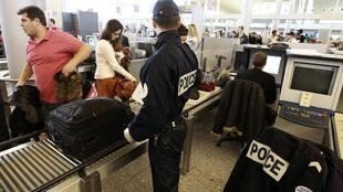 Police check bags at Charles de Gaulle