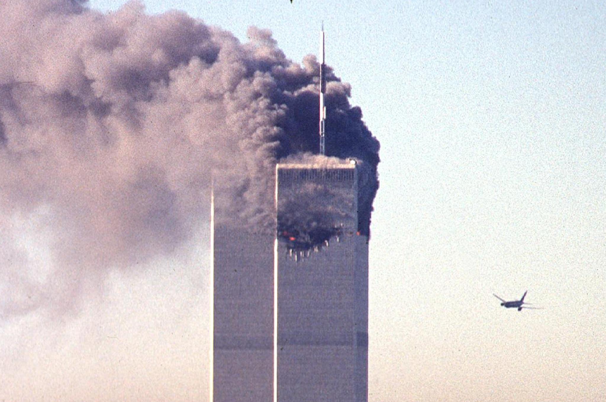 Un avión comercial secuestrado se acerca al World Trade Center en Nueva York el 11 de septiembre de 2001
