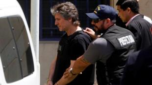 L'ancien vice-président de la République argentine, Amado Boudou, escorté sous bonne garde, menotté, gilet par-balles sur le dos, au quartier général de la justice fédérale à Buenos Aires, le 3 novembre 2017.