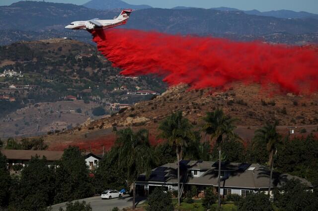 Avião de combate a incêndios da força aérea americana em ação na Califórnia.