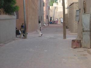 Quartier Komoguel 1. Près de la grande mosquée. Une ruelle revêtue par des pavés de plastique recyclé.