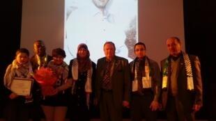 Dominique Lesparre (au centre), le maire de Bezons, aux côtés de l'épouse de Majdi Ihrima Al-Rimawi, lors de la cérémonie mettant à l'honneur le prisonnier palestinien, le 13 février dernier.