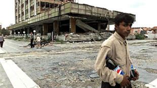 Pristina, trois mois après les bombardements de l'OTAN sur la ville.