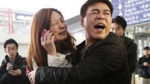 Des proches des passagers du vol MH370 ce samedi 8 mars à l'aéroport de Pékin.
