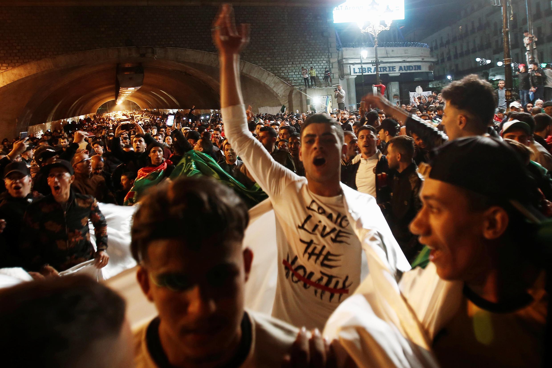 Argelinos celebram nas ruas de Argel o fim da era de Abdelaziz Bouteflika.