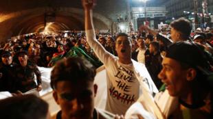 Argelinos celebran en las calles de la capital el fiin de la era Buteflika.