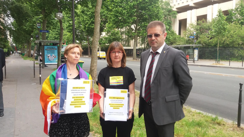Представитель Amnesty International с первым секретарем посольства России во Франции Вадимом Зенкиным, 2 июня 2017 г.