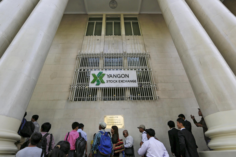 Trước thị trường chứng khoáng Rangun ngày 25/03/2016.