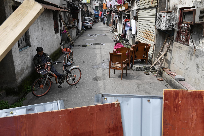 Một khu nhà bị hàng rào ngăn cách trong một con hẻm ở thành phố Vũ Hán, Hồ Bắc, Trung Quốc, ngày 04/03/2020.