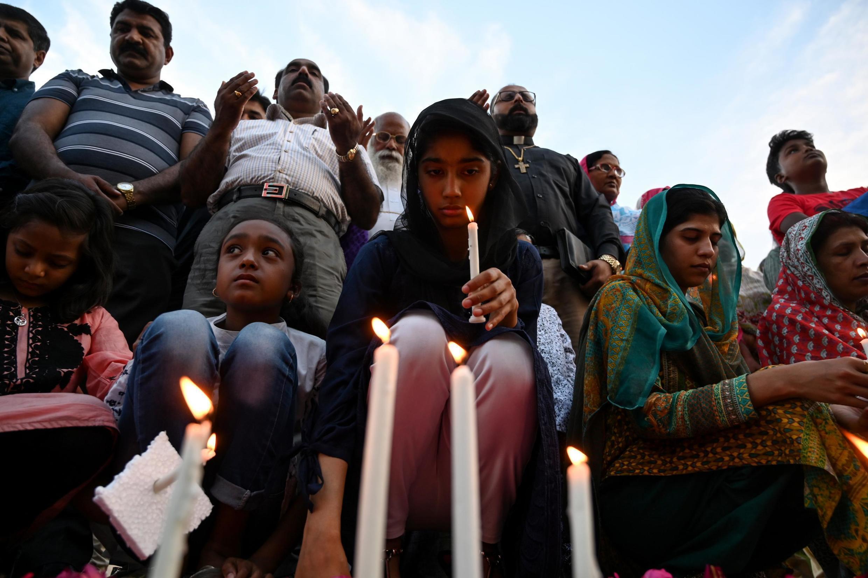 Des chrétiens pakistanais allument des bougies pour rendre hommage aux victimes des attentats au Sri Lanka lors d'une veillée à Islamabad le 22 avril 2019.
