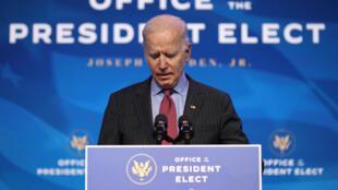 El presidente electo de Estados Unidos, Joe Biden, pronuncia un discurso antes de anunciar a los miembros que completarán su equipo económico, incluidos los secretarios de comercio y trabajo, en el teatro The Queen, el 8 de enero de 2021, en Wilmington, Delaware