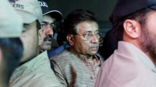 Pervez Musharraf saliendo del tribunal el pasado 20 de abril de 2013.