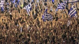 """Miles de """"indignados"""" griegos se reunieron en la plaza del Parlamento de  Atenas, el domingo 5 de junio de 2011."""