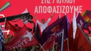 希腊提前立法选举:现总理齐普拉斯在雅典竞选 2019年7月5日 Grèce élection législative: Le Premier ministre Alexis Tsipras salue ses partisans, le 5 juillet 2019 à Athènes.