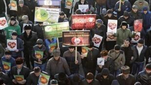 Scandant «Allah Akbar» et agitant des banderoles proclamant leur amour pour  le prophète Mahomet, des centaines de milliers de manifestants se sont réunis, le 17 janvier 2015, au pied de la mosquée de Grozny.