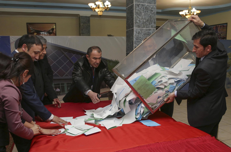 Подсчет голосов после парламентских выборов в Таджикистане, Душанбе, 1 марта 2015 г.