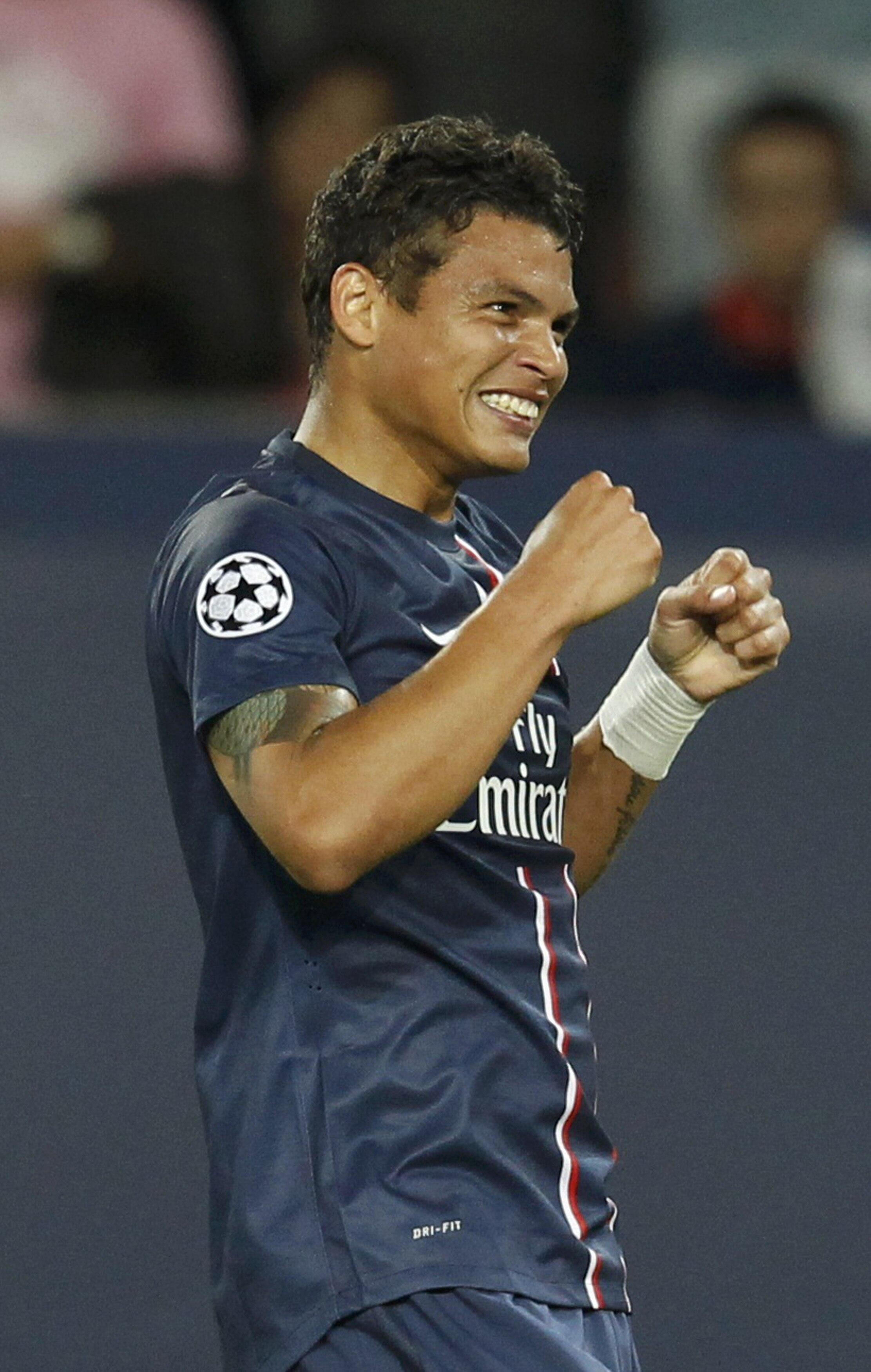 Thiago Silva comemora vitória do PSG, no Estádio Parque dos Príncipes, em Paris, por 4 a 1, na noite desta terça-feira, pela 1ª rodada do Grupo A da Liga dos Campeões da Europa.