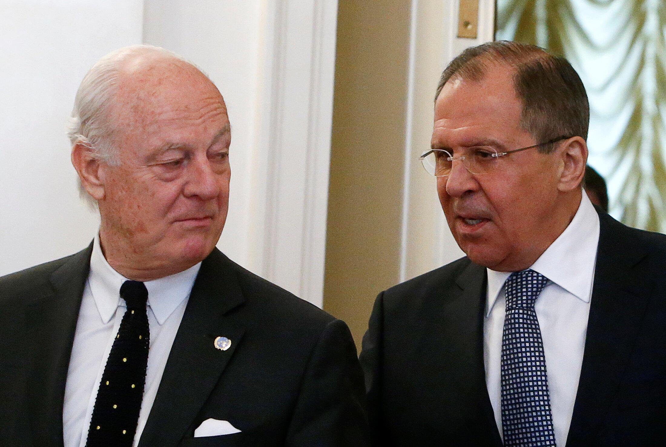 O chanceler russo, Sergei Lavrov (R) e o enviado especial da ONU a Síria Staffan de, durante uma reunião em Moscou, Rússia, 03 de maio de 2016.